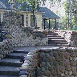 Оформление опорных стенок и дорожки на дачном участке
