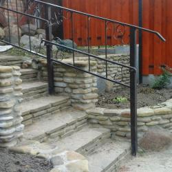 Оформление камнем клумбы и лестницы