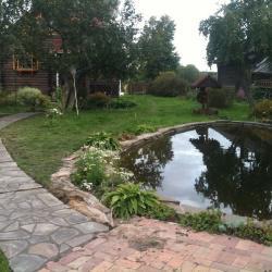 Ландшафт дачного участка, оформление пруда и дорожки на даче