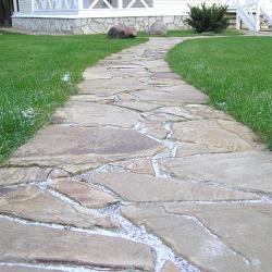 Дорожка из камня на даче, каменная дорожка