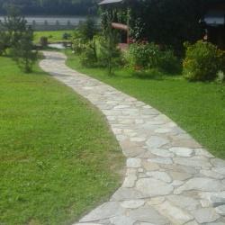 Ладншафт дачной тропинки, дорожка из камня